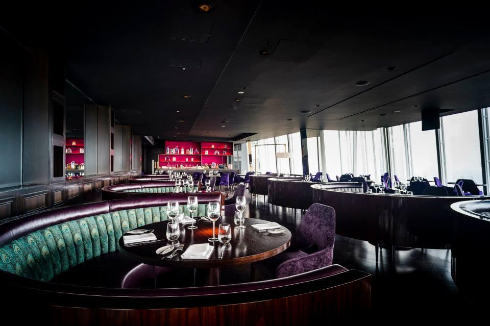 Kursi beledu warna ungu dan meja bundar mengingatkan akan restoran-restoran mewah di Hong Kong.