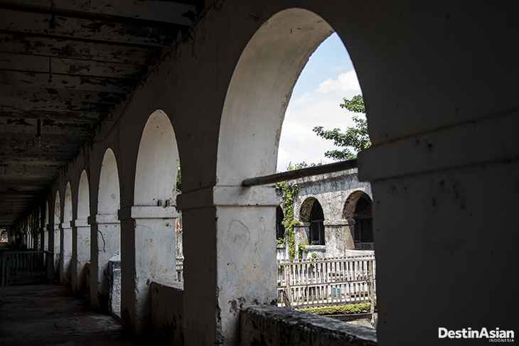 Lorong dari bagian bangunan yang dihuni penduduk di dalam Benteng Pendem Ambarawa.