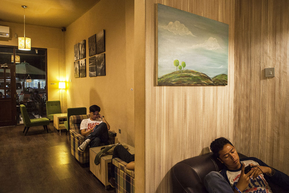 Suasana di salah satu gerai kopi di Padang. Tempat berkumpulnya anak muda.
