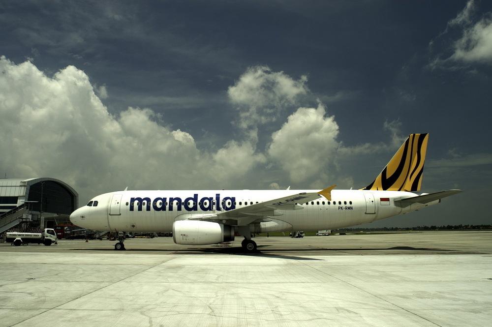 Penerbangan dari Indonesia ke Filipina dilayani via Singapura.