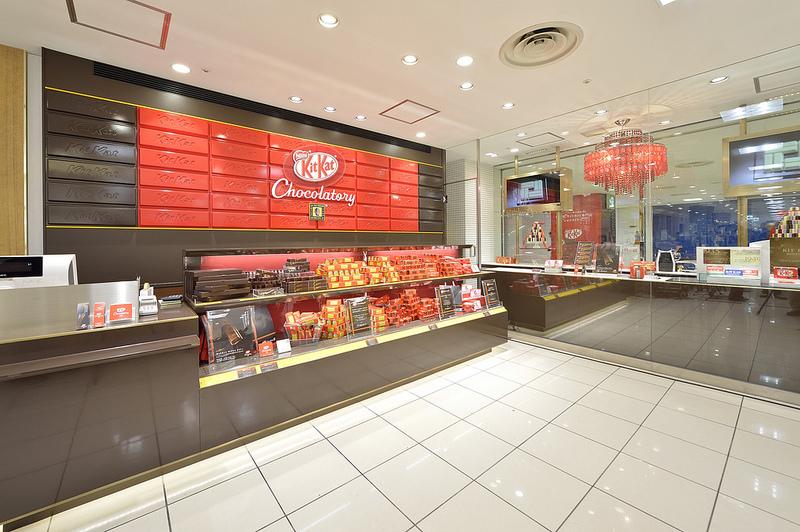 Gerai KitKat pertama menjual beragam cokelat batang KitKat beraneka rasa.