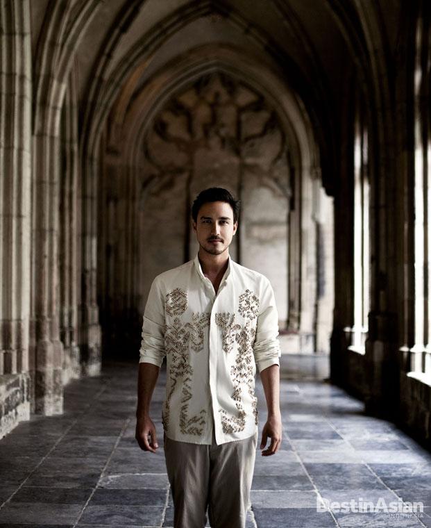 Berkunjung ke St. Martin's Cathedral adalah wajib hukumnya. (Busana oleh Biyan Pour Homme).