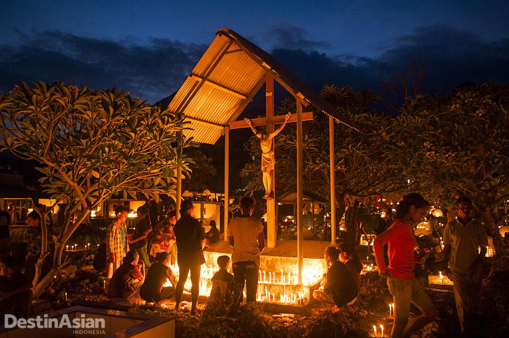 Warga Kota Larantuka memanfaatkan minggu Paskah untuk berziarah ke makam keluarga, termasuk kompleks pemakaman San Juan.