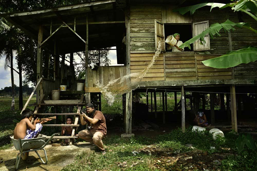 Momen pas ditangkap lensa kamera Hairul Azizi asal Malaysia. Foto ini memenangi kategori Open—Split Second.