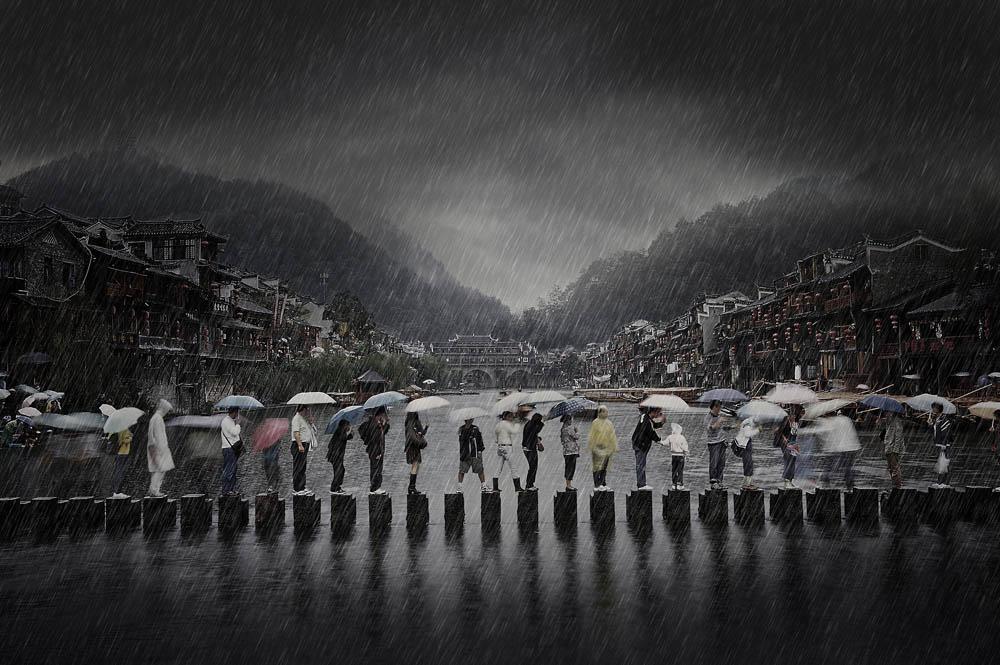 Rain in Ancient Town, foto kreasi Li Chen yang berhasil menggondol dua penghargaan: juara satu kelas Open—Travel dan penghargaan khusus Open Photographer of the Year.