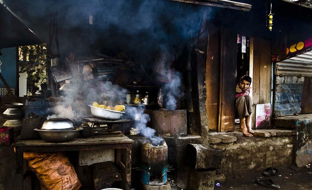 Santu Mondal mengabadikan aktivitas pedagang kaki lima di India.