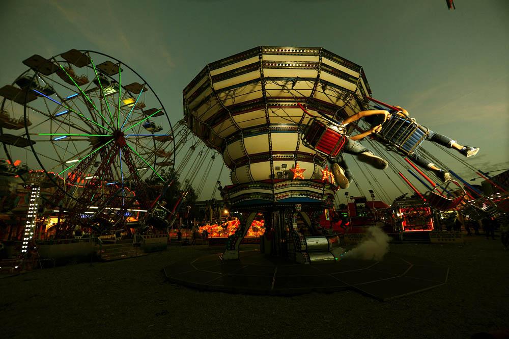 Suasana pasar malam Luna Park karya fotografer Italia, Francesco Mollo.