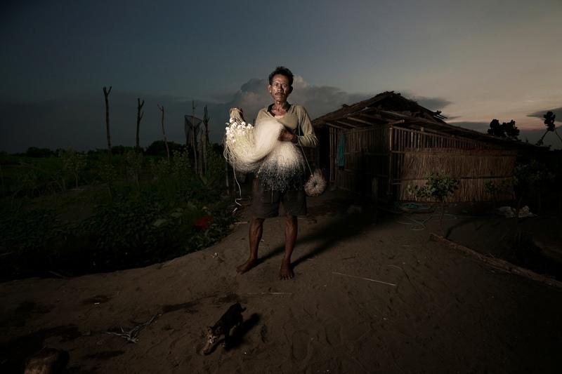 Dinominasikan dalam kategori Smile. Karya Agus Purnomo mengabadikan momen seorang nelayan tradisional Indramayu, Jawa Barat sebelum berangkat melaut. (Agus Purnomo—2015 Sony World Photography Awards)