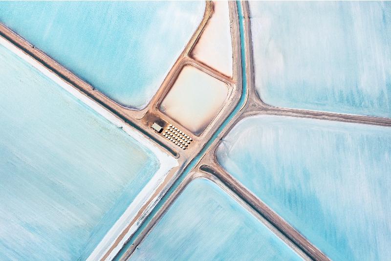 Dinominasikan dalam kategori Landscape. Foto aerial karya Simon Butterworth asal Inggris yang membidik keindahan ladang garam di Shark Bay. (Simon Butterworth—2015 Sony World Photography Awards)