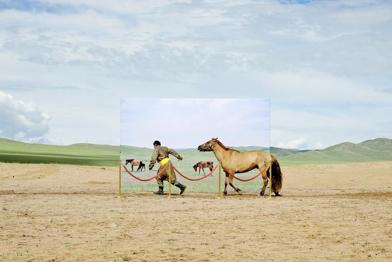 Dinominasikan dalam kategori Conceptual. Foto karya Daesung Lee asal Prancis yang menggambarkan ironi di Mongolia. Saat ini sebanyak 35 persen penduduk Mongolia hidup secara nomad dan bergantung pada alam. Padahal 25 persen daratan di Mongolia sudah berubah menjadi padang pasir dalam kurun waktu 30 tahun ke belakang. (Daesung Lee—2015 Sony World Photography Awards)