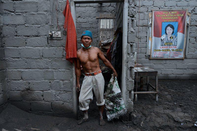Raditya MY (Kompas) menciptakan esai seputar perjuangan warga menata kembali hidup pascaletusan Gunung Kelud. Juara 3 kategori Photo Essay APFI 2014.