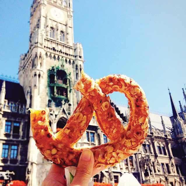Melahap pretzel di Marienplatz di Munich, Jerman sembari menonton pertunjukan jam Rathaus. Layaknya tempe goreng di Indonesia, Pretzel cukup mudah ditemukan di Jerman.