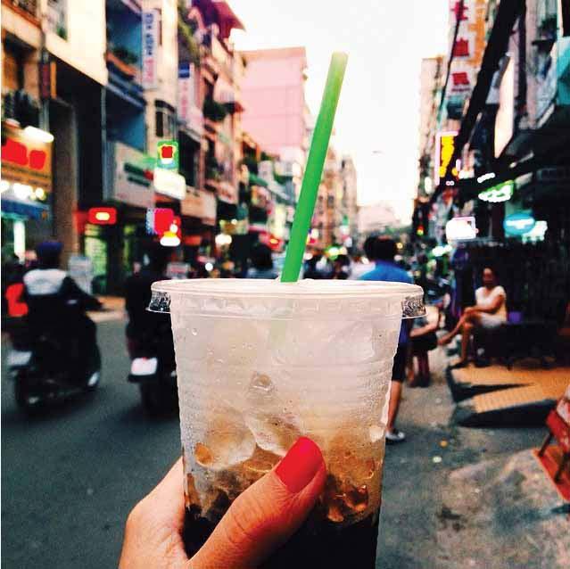 Menikmati segelas kopi Vietman dingin dengan pemandangan jalanan sibuk Saigon. Selain pho, Vietnam juga terkenal dengan kopinya.