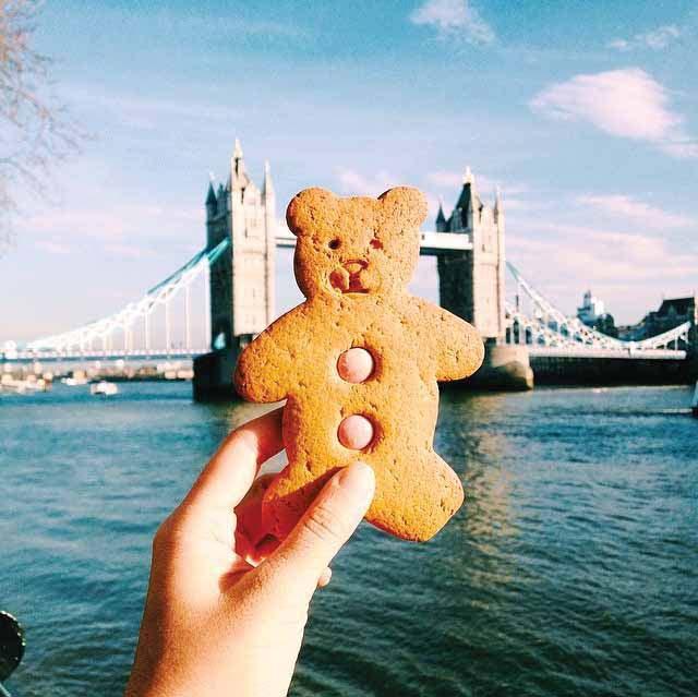 Makan biskuit Teddy Bear di depan Tower Bridge, London. Melissa membeli biskuit tersebut di Pasar Borough, sentra kuliner lokal di London.