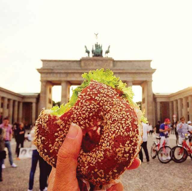 Mengonsumsi roti lapis di Brandenburg Tor di Berlin. Bradenburg adalah monumen simbol kemenangan Jerman dan merupakan simbol perdamaian. Pembangunannya diprakarsai oleh Raja Frederick William II pada abad ke-16.