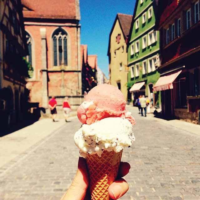 Foto pertama Melissa di akun girleatworld yang menampilkan foto es krim Gelato dengan latar belakang Rothenburg Ob de Tauber di Jerman.