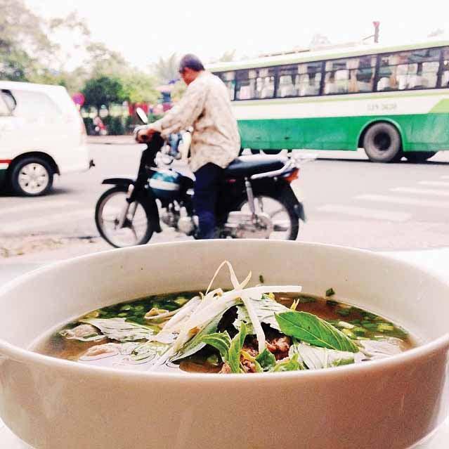 Semangkuk pho atau mi khas Vietnam yang jamak ditemui di sepanjang jalan di Ho Chi Minh City. Hidangan khas ini bisa dinikmati kapan saja mulai dari sarapan hingga makan malam.