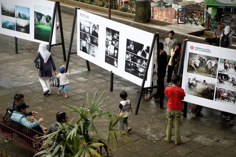 Suasana pameran foto di Bukittinggi yang diselenggarakan bersamaan dengan HUT Kota Bukittinggi.