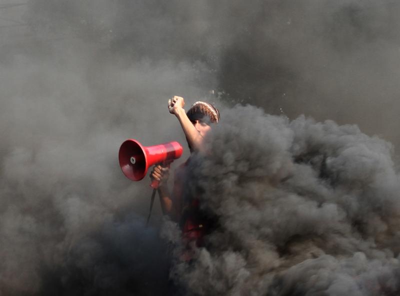 Suasana dramatis demonstrasi menolak UU Pilkada di Jakarta oleh mahasiswa Universitas Bung Karno—foto karya Khairizal Anwar (Rakyat Merdeka). Juara 3 kategori General News APFI 2014.