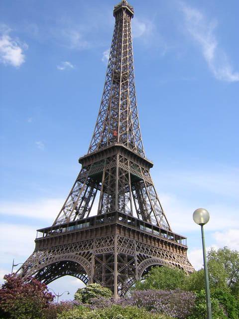 berdasarkan Panoramio, Menara Eiffel yang tersohor masih kalah populer dibandingkan distrik Moulin Rouge.