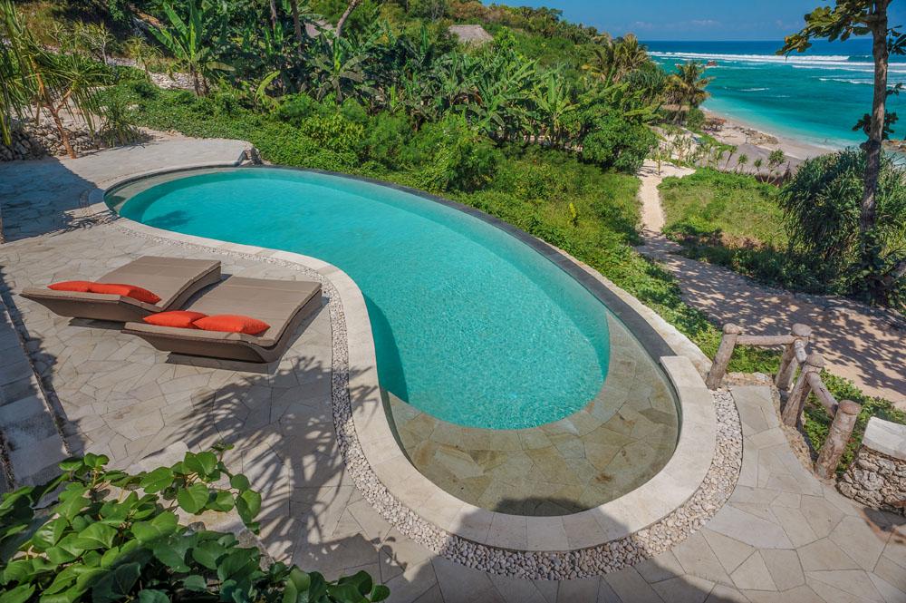 Area kolam renang dengan desain modern. (Foto: Nihiwatu Resort)