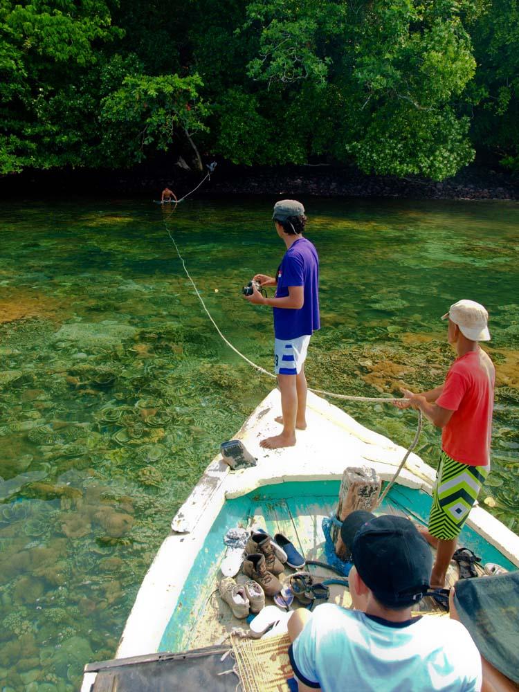 Menambatkan tali di Lagoon Cabe untuk menghindari kerusakan terumbu karang. Di sini turis bisa melakukan snorkeling.