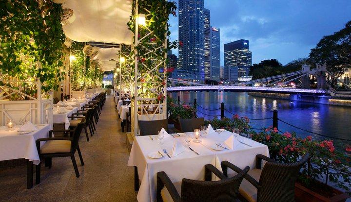 Town Restaurant dengan pemandangan sungai dan perkotaan.