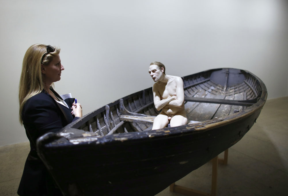 Sebuah karya Ron Mueck berjudul Man in a boat. (Foto: THOMAS COEX/AFP/Getty Images)