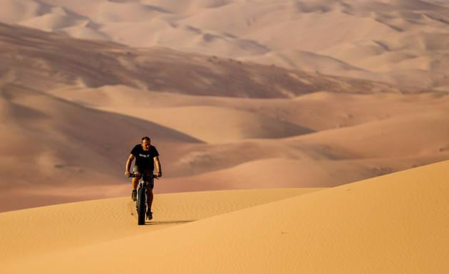 Bersepeda di padang pasir terluas di dunia.