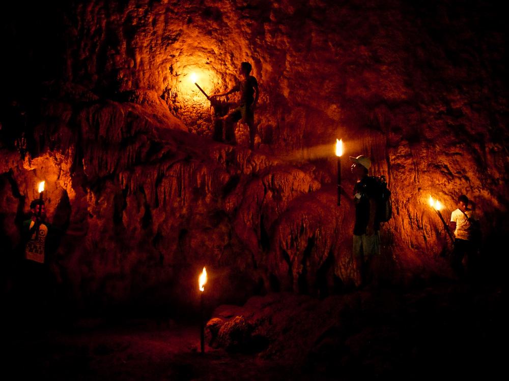 Dinding gua yang dihiasi stalaktit dan stalagmit indah.