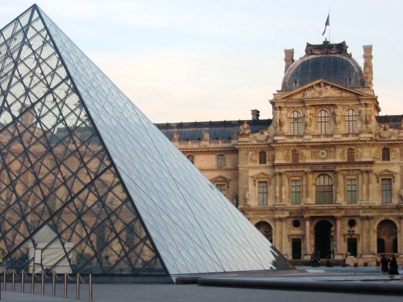 Museum Louvre, salah satu magnet turis asing di Paris.