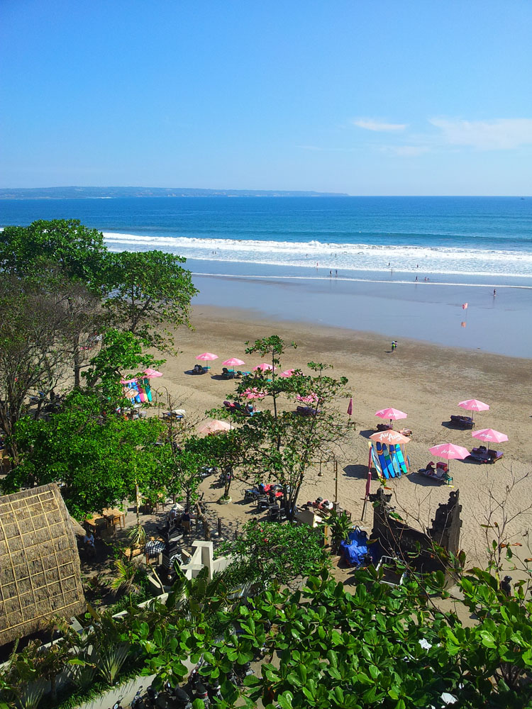 Pantai Seminyak, salah satu sentra turis di Bali.