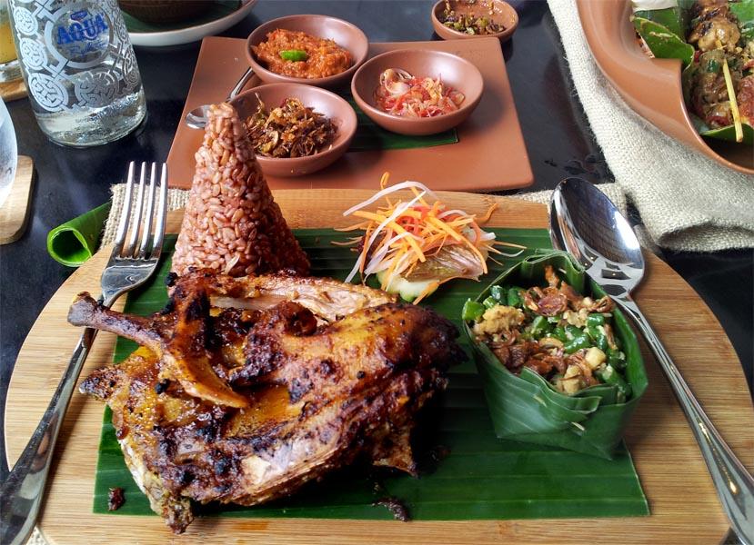 Tersedia pilihan makanan dari Sabang hingga Merauke yang siap memuaskan hasrat pencinta kuliner.