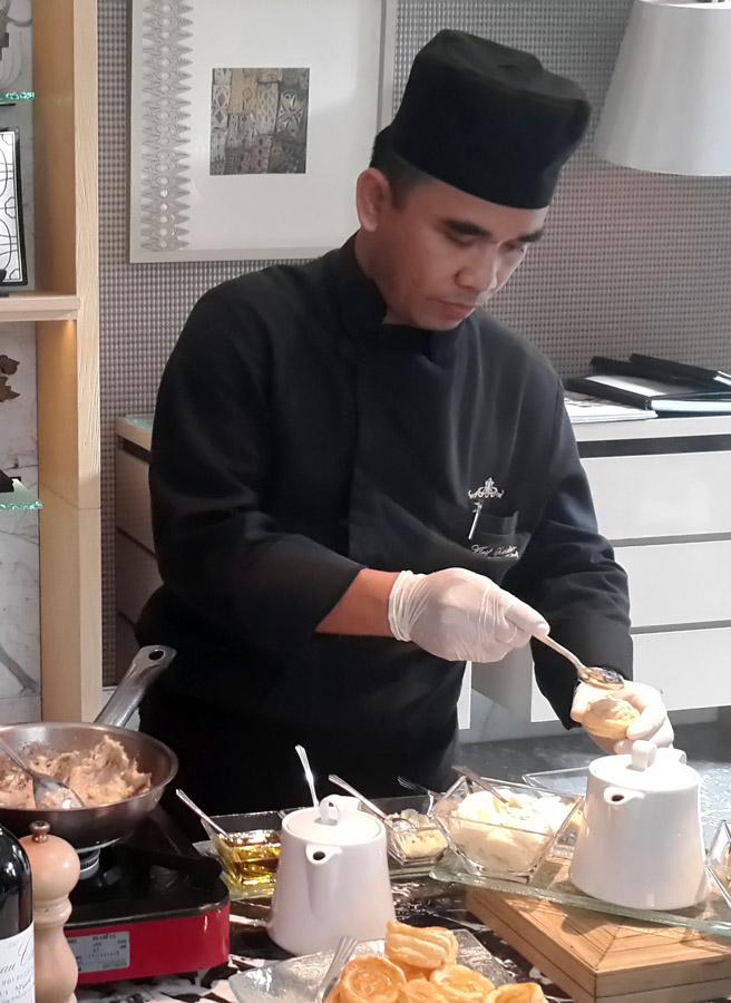 Koki sedang menyiapkan camilan bergaya Prancis.