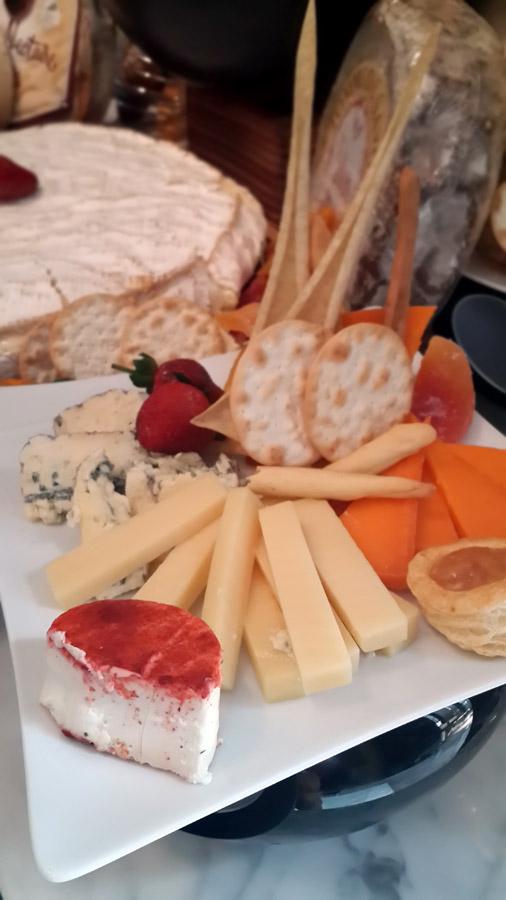 Tersedia berbagai macam keju mulai dari chedar hingga blue cheese.