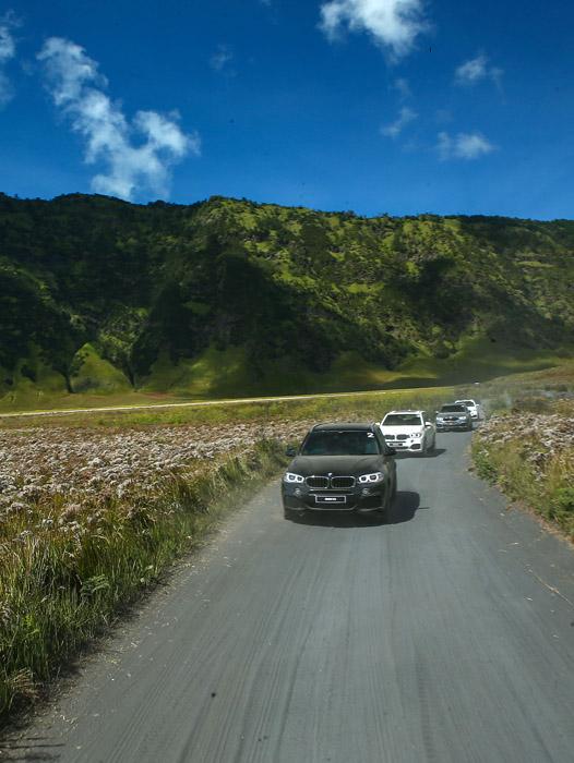 Menjelajah setiap sudut Bromo dengan menggunakan kendaraan BMW X Model Range.