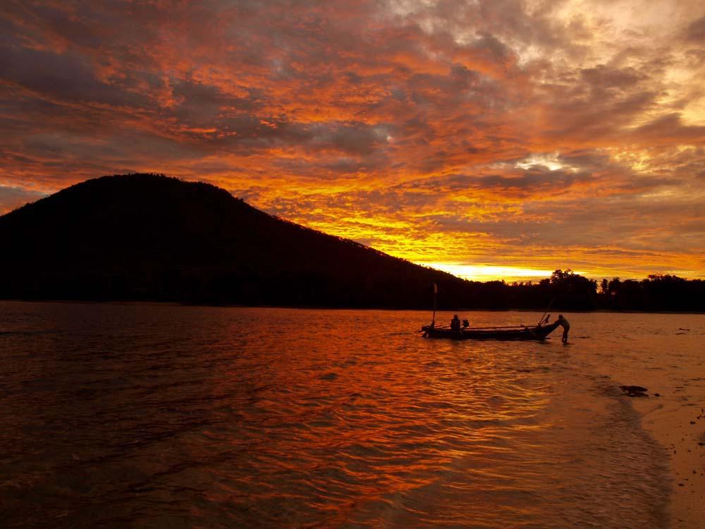Matahari terbenam di Sebesi dilihat dari Pulau Umang-Umang.