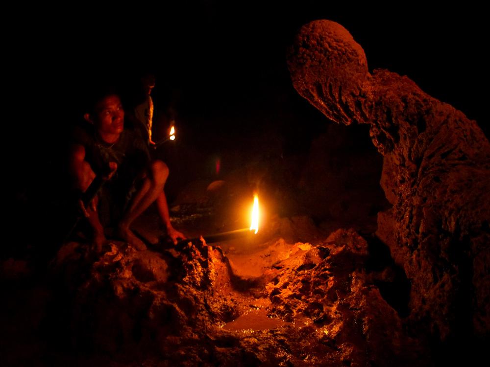 Stalagmit berbentuk mirip mahkluk Dementor yang dikenal penduduk lokal sebagai Batu Sembahyang.