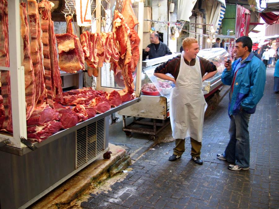 Pedagang dan pembeli di sebuah pasar tradisional di Tel Aviv.