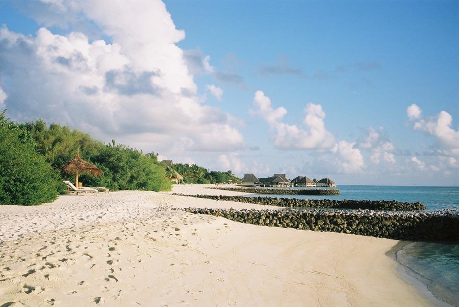 Maladewa terkenal akan pantainya yang putih dan airnya yang berwarna turkois.