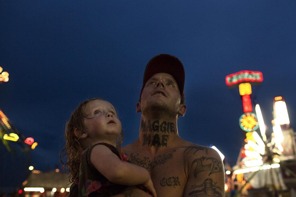 Foto berjudul Shane and Maggie karya fotografer asal New York, Sara Naomi Lewkowicz. Foto ini menyorot KDRT dan meraih penghargaan tertinggi di ajang Sony World Photography Awards.