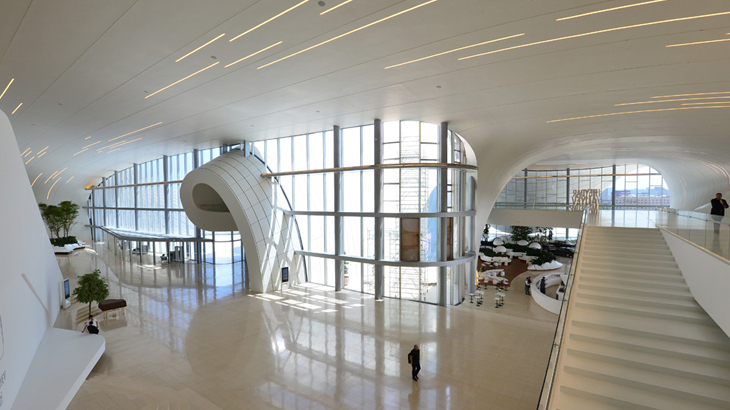 Interior Heydar Aliyev Center yang lapang dan didominasi warna putih. (Foto: Getty Images)