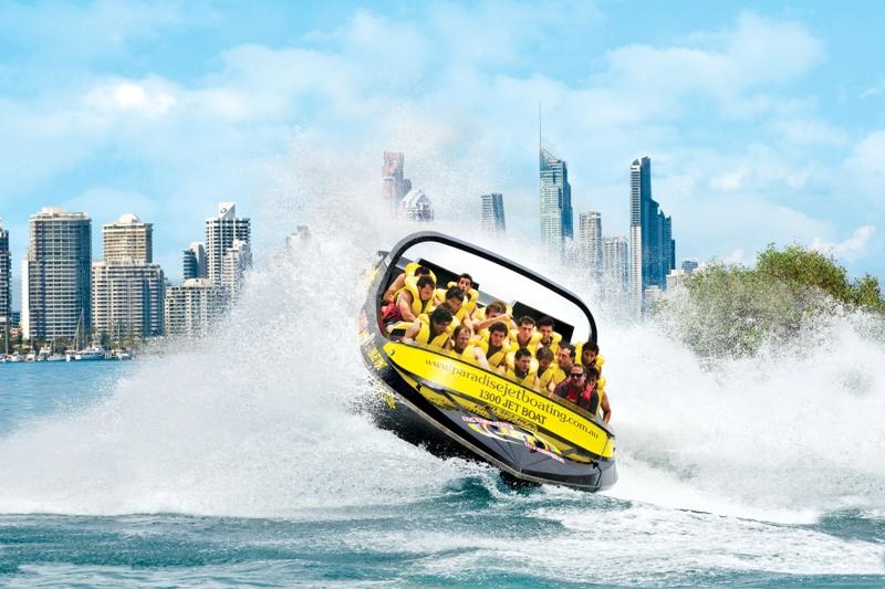 Menikmati pemandangan Gold Coast dari perahu berkecepatan tinggi.