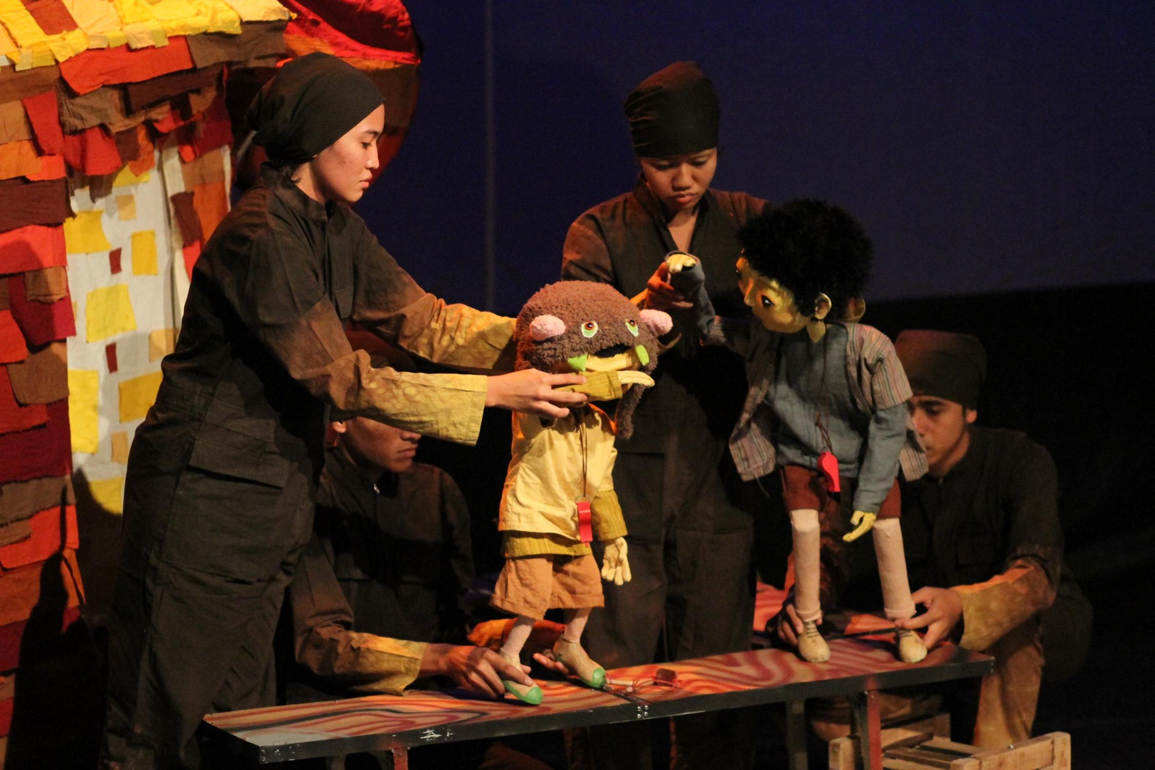 Pertunjukan wayang kontemporer, Papermoon, dari Yogyakarta.
