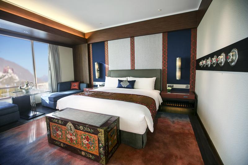 Desain kamarnya mengusung konsep tradisional.