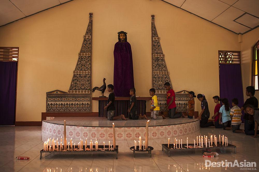 Geladi resik prosesi Paskah di dalam gereja.