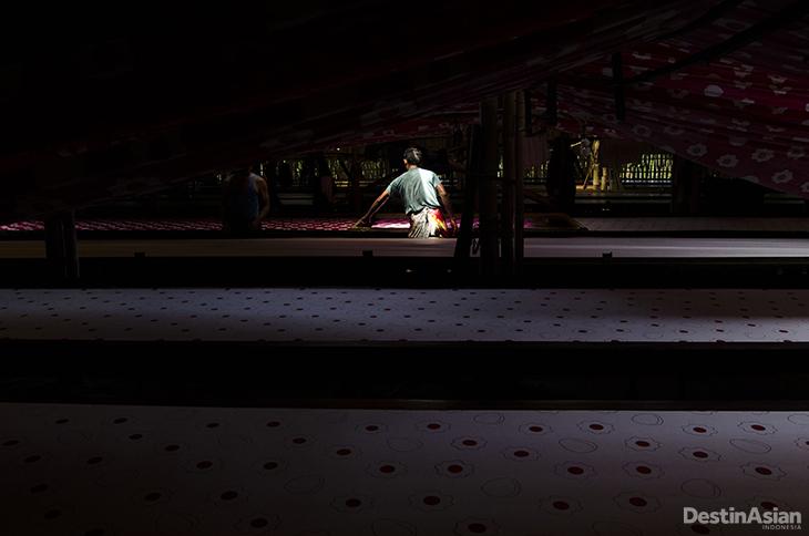 suasana ruang tempat proses pewarnaan kain dengan minim cahaya yang masuk.