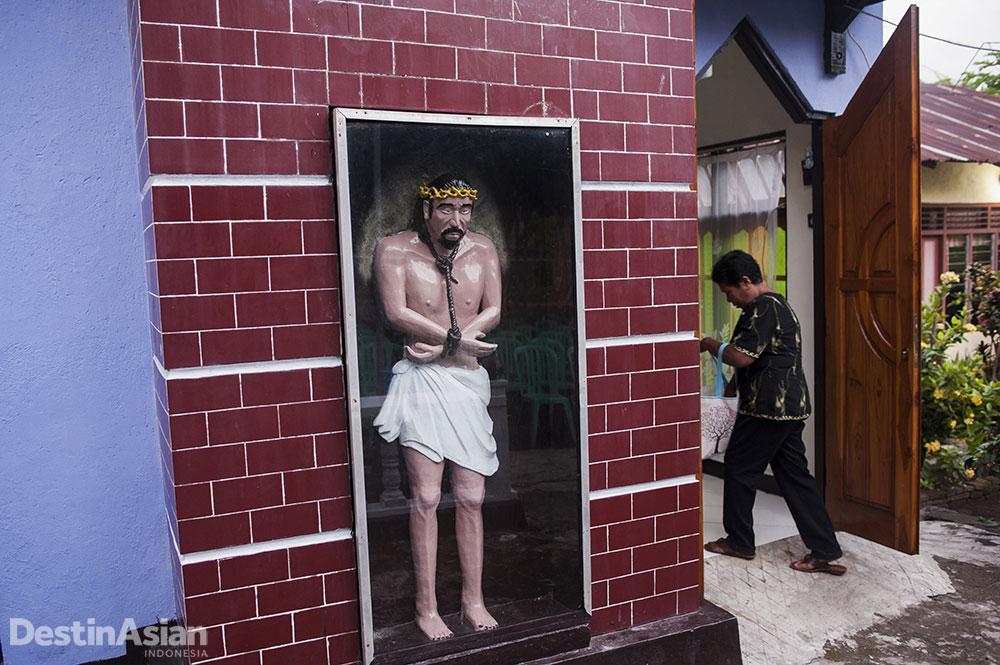 Memasuki tori atau kapel keluarga yang menyimpan patung Yesus terbelenggu.