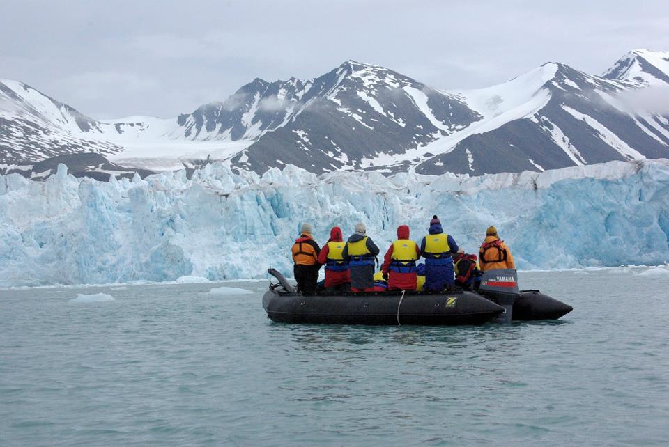 Melihat pulau es raksasa dari dekat.
