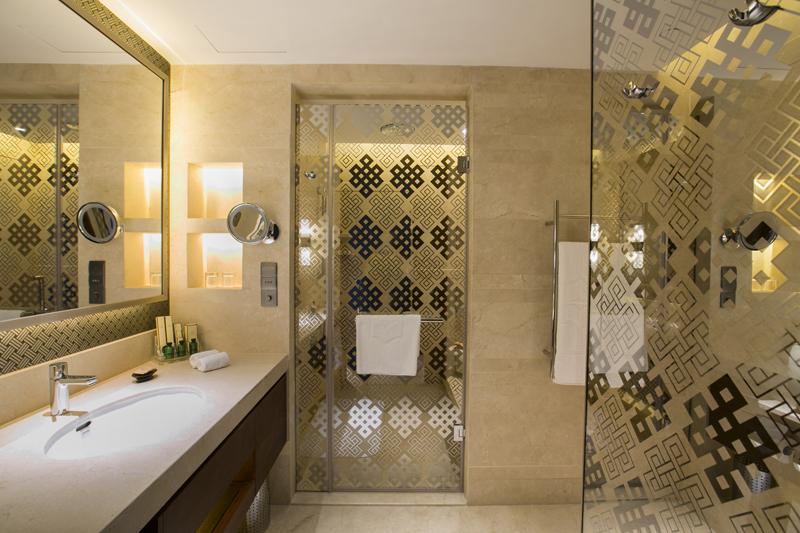 Kamar mandi mewah dibalut marmer elegan.